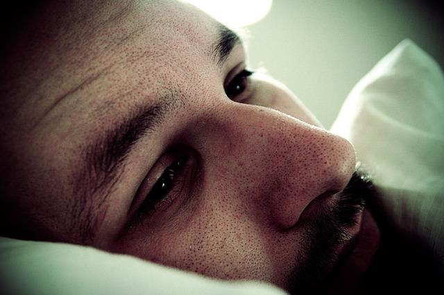Hombre deprimido - Pixabay (cc) PublicDomainPictures