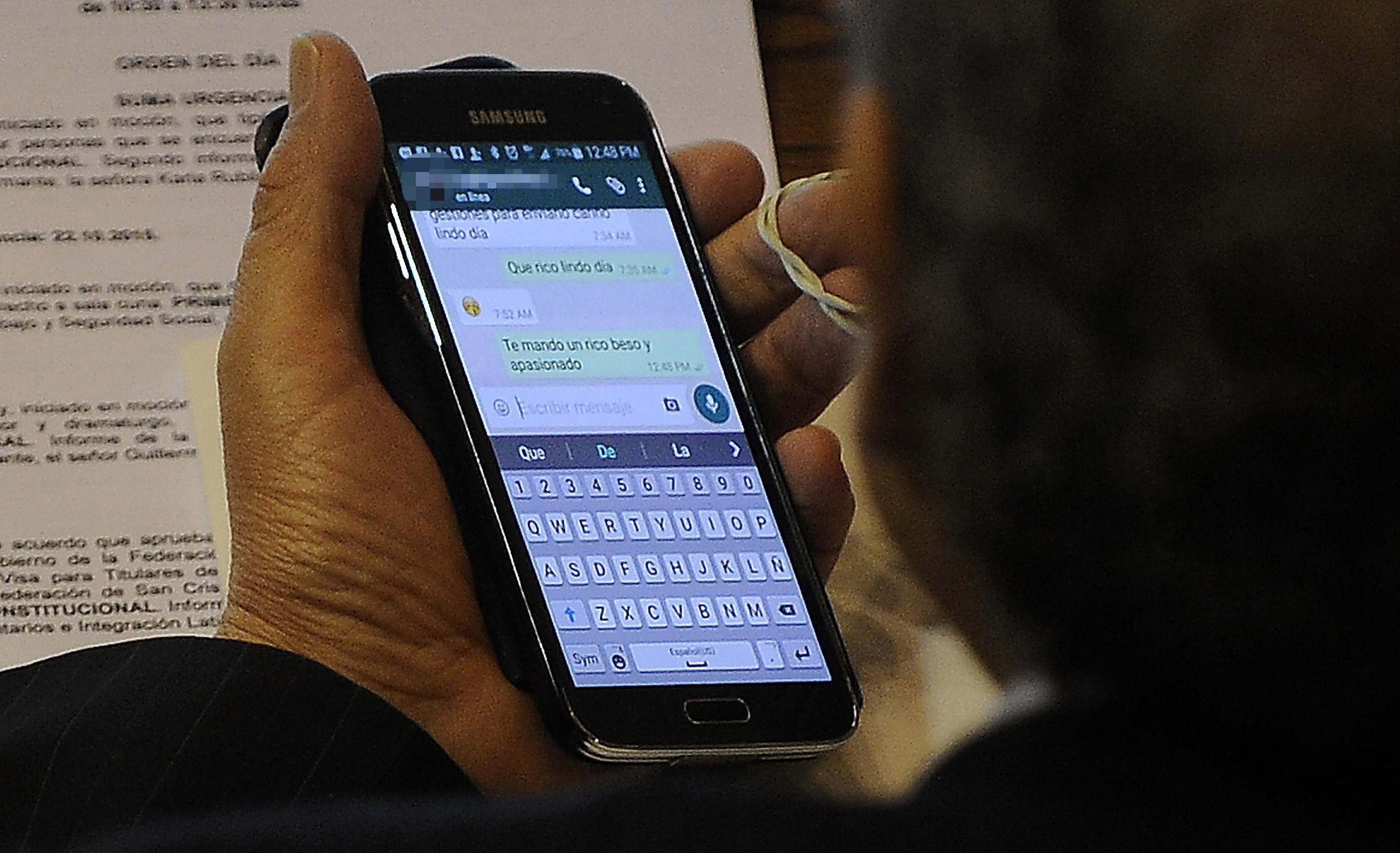 22 OCTUBRE de 2015 /VALPARAISO El Diputado Guillermo Ceroni mantiene conversación de contenido sexual por teléfono durante la votación del proyecto que tipifica el delito de maltrato de adultos mayores cometido por personas que se encuentren a cargo de su cuidado. FOTO : AGENCIAUNO