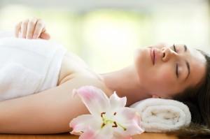 mujer-relajada-dormida-junto-a-flor-rosa