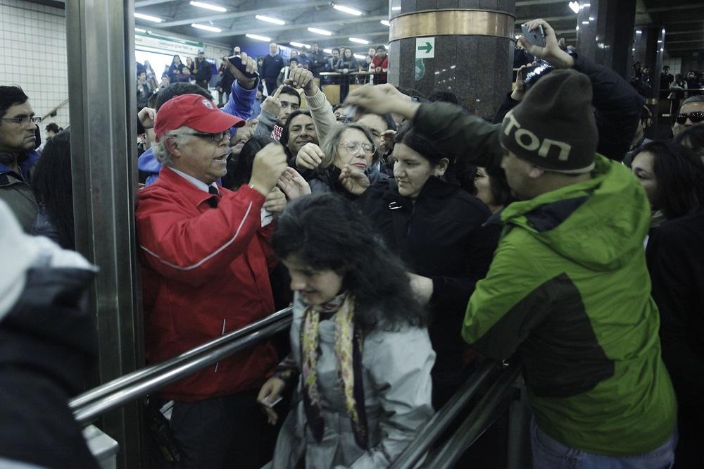 20 DE AGOSTO DE 2014/SANTIAGO Pasadas las 19:30 horas en la linea 5 se realizo la evacuacion de sus pasajeros debido a un supuesto corte de luz en toda la linea, desde Maipu hasta Quinta Normal. Foto: DAVID VON BLOHN/AGENCIAUNO
