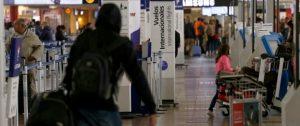 05 de Mayo de 2016/SANTIAGO Los counters de Check- in ,pantallas y señaleticas de LAN en el aeropuerto Arturo Merino Benotez, cambian a su nuevo logo con el nombre de LATAM. FOTO: RAFA MARTINEZ/AGENCIAUNO